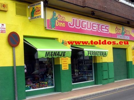 Dos toldos de brazos invisible verdes abiertos en tienda de juguetes