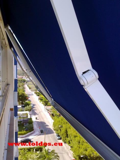 Toldos de brazo invisible cofre en un balcon