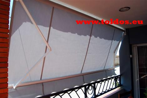 Toldo de brazo invisible en un balcon